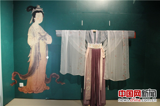 唐朝服饰 中国网1月19日讯 由中国妇女儿童博物馆和西安博物院共同主办的环肥燕瘦汉唐长安她生活展览今日在中国妇女儿童博物馆开幕。 环肥燕瘦汉唐长安她生活展是西安博物院自主原创的女性文化大展,中国妇女儿童博物馆是该展全国巡展的首站。展览以汉唐文化为核心,集文化性、时尚性、趣味性于一体,通过精美的文物及丰富的诗词,再现汉唐盛世帝都长安的女性多姿多彩的时尚生活。