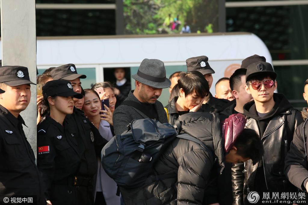 何炅与汪涵夫妇罕见一同现身 遭众人围观(图)