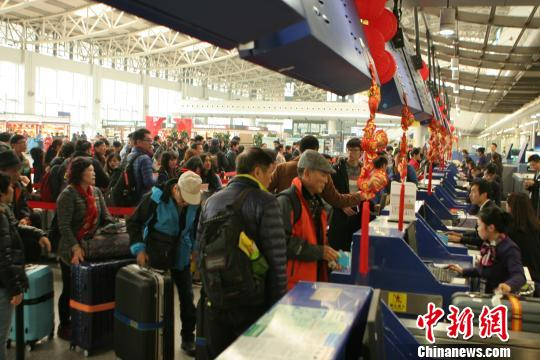 成都机场遭大雾袭击 100多个航班延误