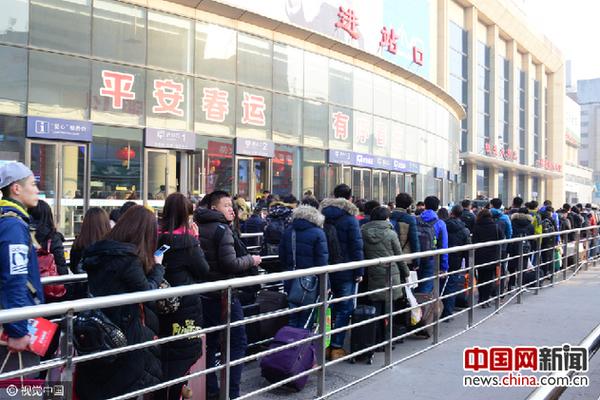 1月23日,铁路春运进入第11天,济南火车站返乡人群排队进站.
