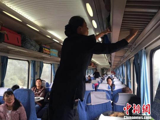 图为乌鲁木齐铁路局乌鲁木齐客运段杭州车队5组k596次列车列车员正在