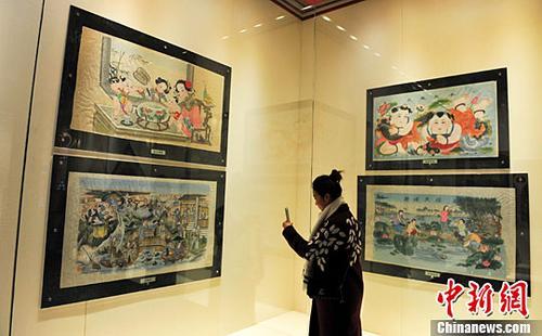 1月25日,辽宁沈阳,游客在参观年画展.中新社记者 于海洋 摄