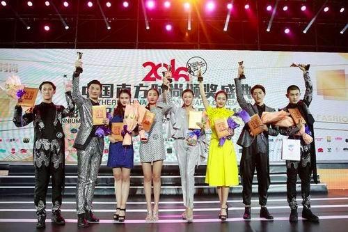 李梦绮(左四)