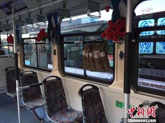 车窗边点缀着火红花束,还有孔胜东为乘客精心准备的供免费阅读的报纸 陈洁 摄