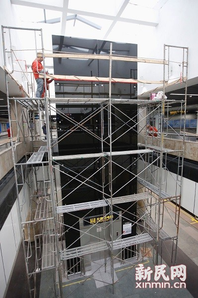 图说:新增的垂直电梯还在进行最后整修。新民晚报新民网 萧君玮 摄