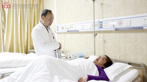 李瑾瑜主任正在嘱咐患者回家后的注意事项