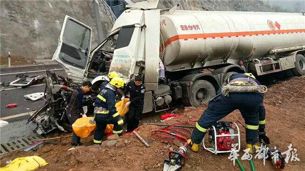 2月15日上午8时30分,银昆高速巴广渝段(巴中至广安方向)0公里+900米处(枣林隧道隧道附近),发生严重交通事故,一辆危化品运输车的2名驾驶人员不幸遇难。 接到报警后,巴中消防立即出动2辆水罐消防车、1辆抢险救援车,15名消防官兵赶赴现场处置。事故现场一片狼藉,一辆宁C籍运输柴油汽油的挂车撞上门架式户外屏,巨大的冲撞力使得驾驶室严重变形,户外屏倾斜倒下,两名驾驶员被牢牢地卡在驾驶室内,车身与户外屏铁架缠在一起,地面遍布玻璃碎片和车辆零部件。 据交警现场查询得知,出事车辆系空罐,15日凌晨4时在南充市