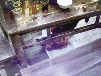 男子点1份鸡吃出10个鸡爪 进厨房发现鸡还活着