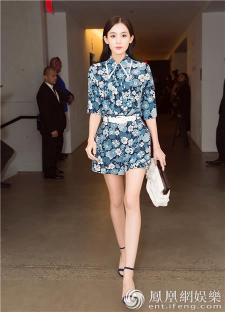 娜扎纽约时装周看秀 印花套装清新优雅气质出众