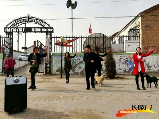 同村民跳起广场舞。驻万全赐沟村工作组供图