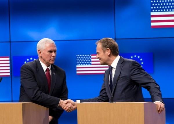 彭斯(左)与图斯克(右)会面时,身后显示了错误的美国国旗。