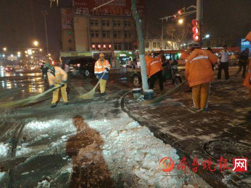 济南 清洁工已经开始扫雪了图片