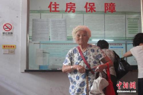 资料图:郑州市公共租赁住房向社会公开轮候供应,符合条件的市民满怀期待。 马义恒 摄