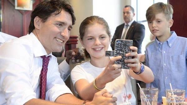 加拿大总理特鲁多与孩子们