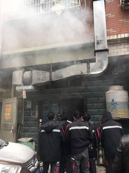 义乌某饭店厨房起火 十余名快递小哥排队灭火