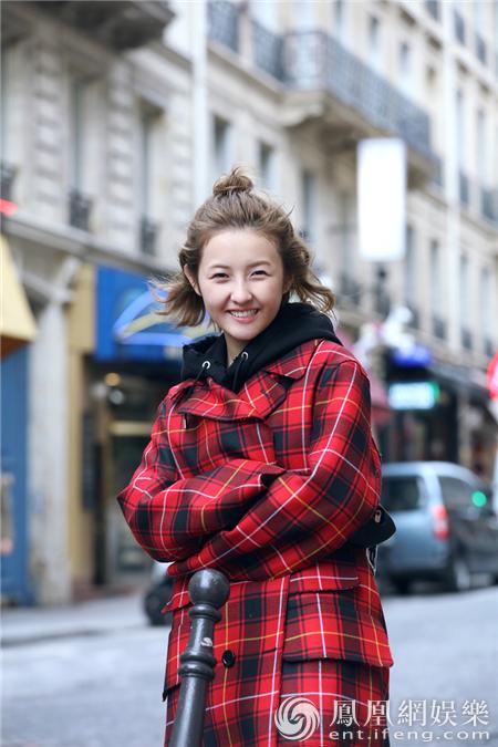 张子枫巴黎春日街拍 展少女清爽活力元气满满