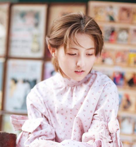 活泼的粉色小印花上衣,张子枫明媚的笑容交织在阳光之中,带来了春天