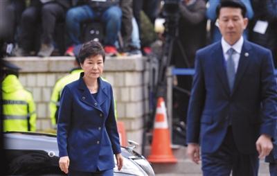 3月30日,韩国首尔中央地方法院,韩国前总统朴槿惠出庭受审。法院将在31日上午前决定是否批准逮捕朴槿惠。本版图片/视觉中国