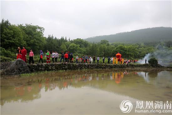 5月20日上午,零陵区大庆坪乡塘付村,一场别开生面的传统婚礼吸引了上