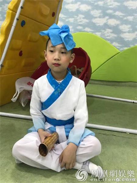 林永健晒儿子节日演出照 小红脸蛋撞脸老爸