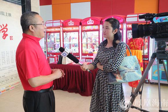 海南电视台新闻中心记者采访红军小学监制廖勇