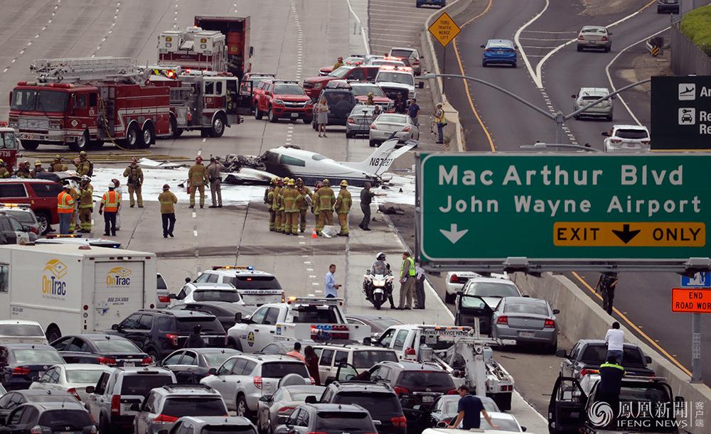 美国一飞机在高速路坠落现场
