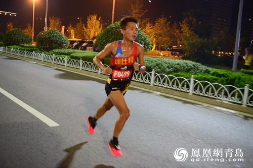 """夜间国际马拉松青岛西海岸开跑 被赞""""最浪漫国际马拉松"""""""