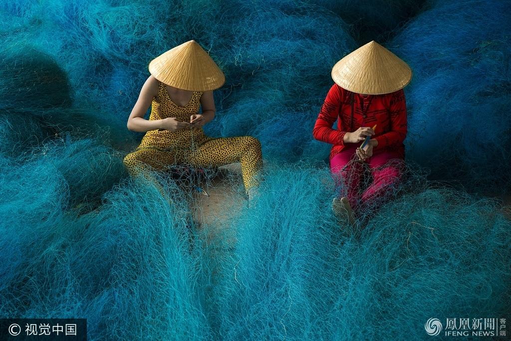 越南女工编织渔网一幕