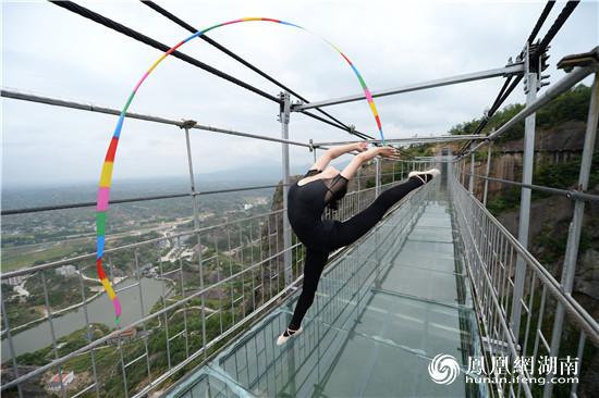 美女高空秀身段 湖南平江上演悬崖艺术体操