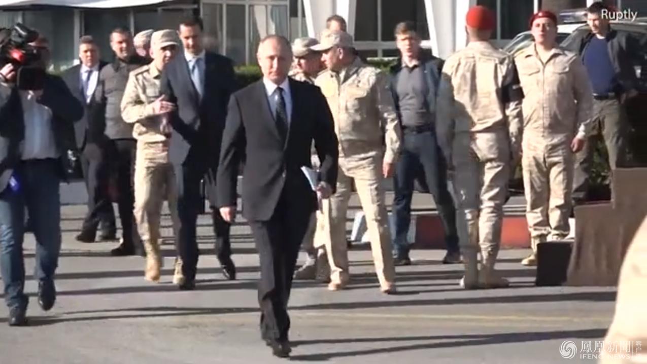 叙利亚总统紧跟普京身后