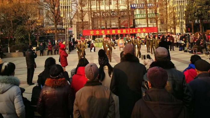 为纪念毛主席诞辰大妈们唱红歌相庆 现场气氛热烈不输明星演唱会