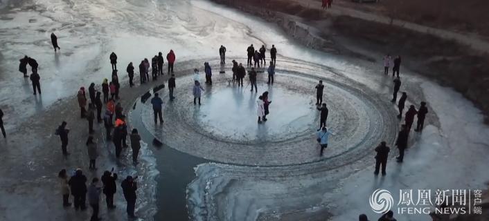 沈阳河面现天然旋转冰盘 众人跃身一试(组图)