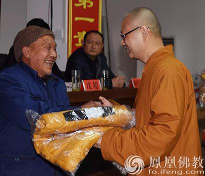 佛教百寺基金为贫困地区捐赠两万余件羽绒服