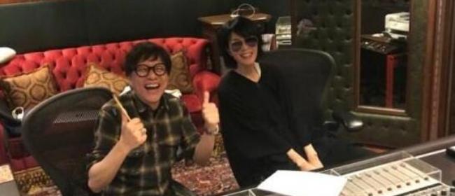 新节目要开始启动了?王菲与梁翘柏灿笑合照