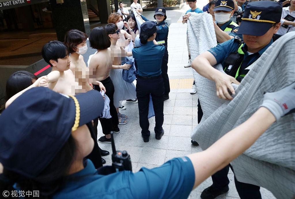 韩女性赤裸街头抗议Facebook性别歧视