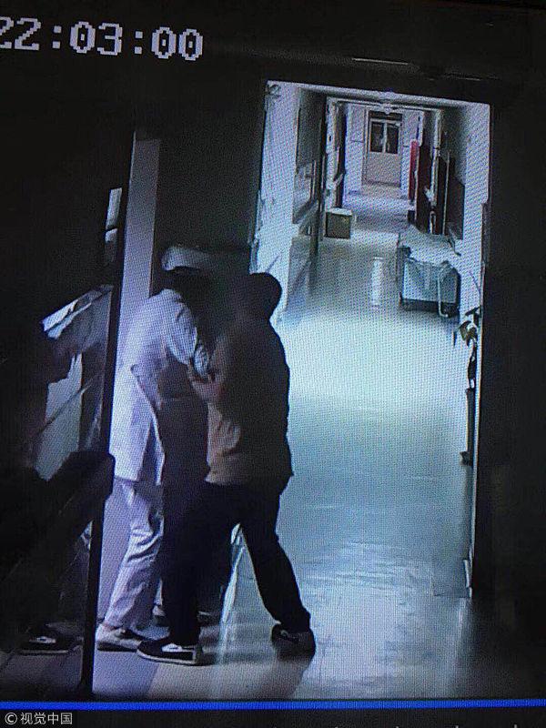 深夜俩醉汉病房吵闹,女护士劝阻遭殴
