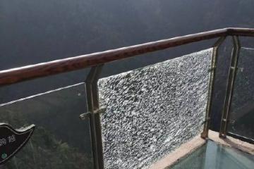 玻璃栈道玻璃碎裂吓坏游客 景区:疑为人为破坏