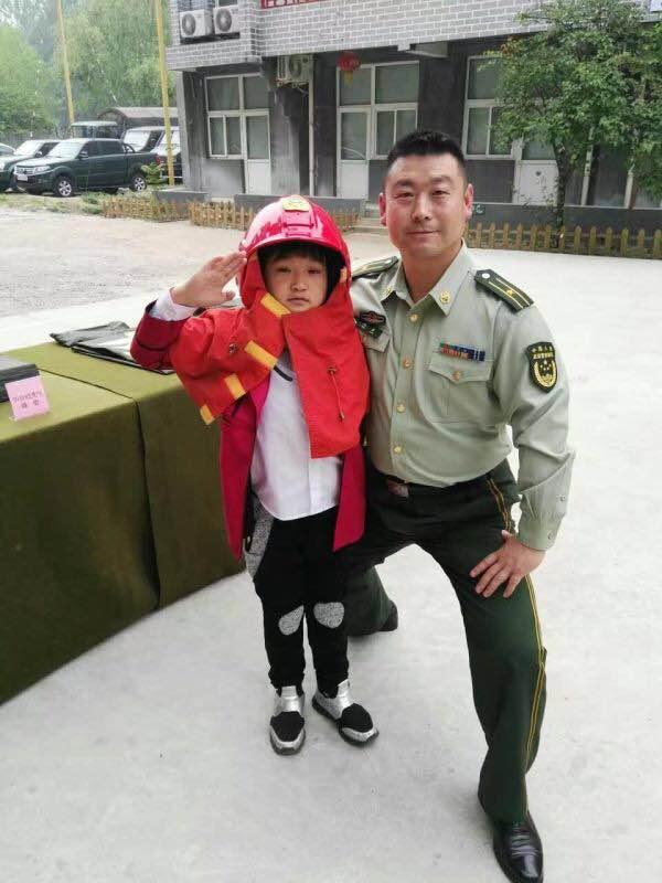 童星小房子体验军人生活参加武警森林部队慰问演出