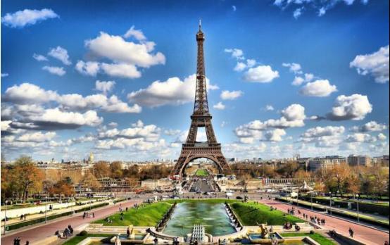 埃菲尔铁塔:320米高,共7300吨钢铁建造而成