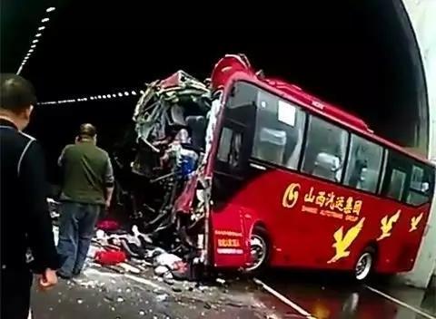 山西太原长治段高速一大巴车撞隧道口