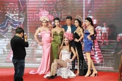 """异国风情表演项目,""""泰国红艺人""""表演后与游客合影,收费30元。"""