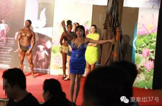 """白洋淀欢乐岛的""""泰国红艺人表演""""被指低俗。 新京报记者李明摄"""