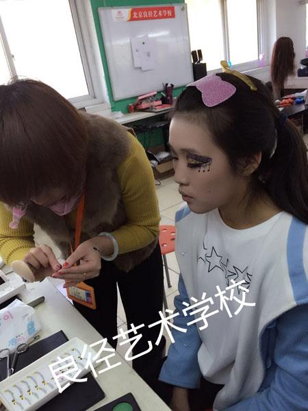 术学校为您解析美妆行业市场现状及发展图片