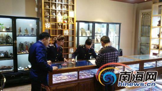 工商执法人员在潭门镇一商铺巡查。