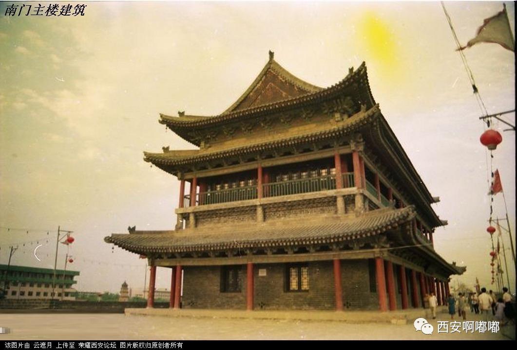 如今的西安城墙 西安明城墙位于陕西省西安市中心区,是中国现存规模最