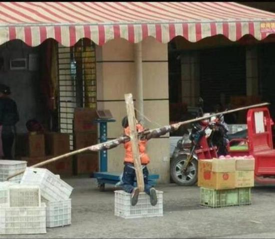 因作业未完成,男孩当街被跪绑成十字架_凤凰公益图片