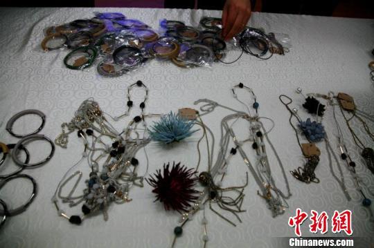 图为杭州检验检疫监督销毁劣质产品现场杭州检验检疫供图摄