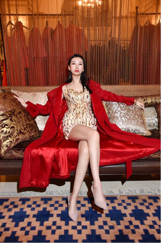 曲迪娜红大氅成气场女王与周涛朱迅时装周看秀