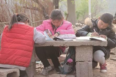 说明: 姐妹三人在外面的石桌上做作业