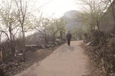 说明: 刘凌海每次回家都要走过这段上坡路